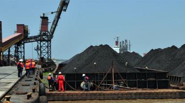 Llegan a Barranquilla las primeras 4.000 toneladas de carbón por el río