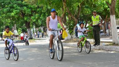 Los niños disfrutan los domingos de cada ciclovía.