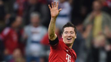 El jugador del Bayern Múnich Robert Lewandowski celebra después de anotar un gol ante el Wolfsburgo hoy durante un partido por la Bundesliga en Múnich, Alemania.