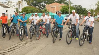 El alcalde de Montería, Carlos Correa, y sus secretarios se movilizaron durante todo el día en bicicleta.