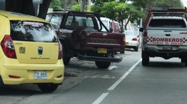 Claramente se puede observar a estos vehículos invadiendo el bicicarril en la  calle 54 con carrera 50.