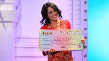 Vanessa Posada con su cheque de 600 millones de pesos.