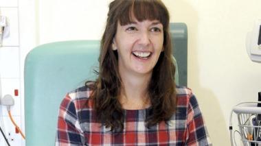 Fotografía de archivo tomada el 24 de enero de 2015 que muestra a la enfermera británica auline Cafferkey, diagnosticada con ébola el pasado diciembre, en el Hospital Royal Free de Londres (Reino Unido).