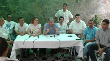 El senador Jaime Amín (c), con varios dirigentes del Centro Democrático en la rueda de prensa de ayer.