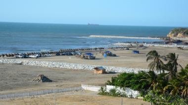 Con espolones recuperan la playa de Salgar