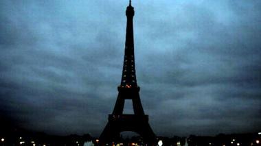 La Torre Eiffel apagó sus luces tras el atentado en París.