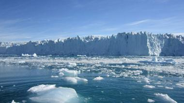 La Antártida es el continente ubicado en el Polo Sur. Tiene una forma casi circular de 4.500 km de diámetro, y se proyecta hacia el extremo austral de Suramérica.