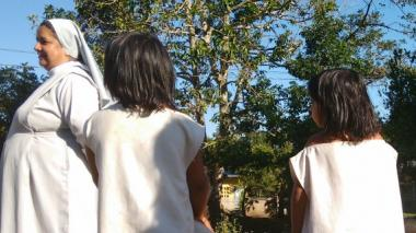 Sor Élcida Jerez sonríe cuando la rodean sus alumnos koguis.