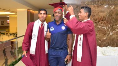 El delantero Édinson Toloza posa con el birrete de graduados que ayer se encontraban en el Hotel Dann Carlton.