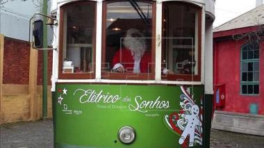 Papá Noel cambia los renos por el tranvía en Lisboa