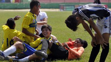 Jugadores del Parma celebran la conquista del título, mientras el defensor Fernando Ortega muestra su tristeza.