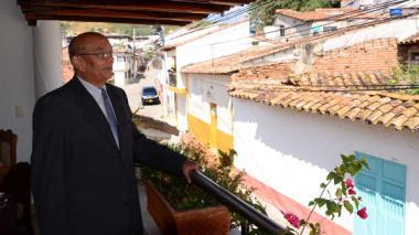 Ciro Guerra, padre del cineasta cesarense, desde el balcón de su casa, ubicada en la Calle del Telégrafo.