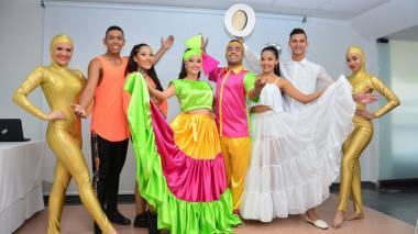 Uniautónoma entrega vestuario para bailarines de la coronación de Marcela García