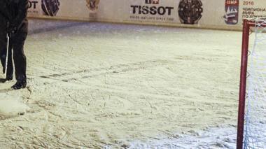 Jugador de hockey de 16 años muere tras recibir impacto de un disco en el cuello