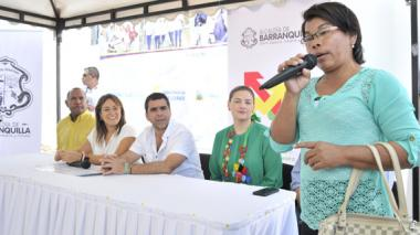 Luzmir cuenta su experiencia. La observan la directora del DPS, Tatyana Orozco, el alcalde Alejandro Char, y Madelaine Certain, gerente de Proyectos.