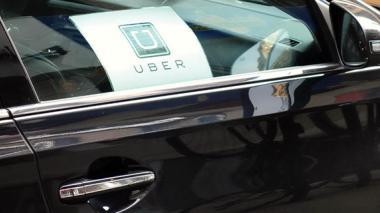 Taxistas agreden vehículo de Uber en donde iba la hija de Pacho Santos