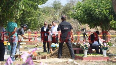 Familiares de Andrade y Gutiérrez De Piñeres, durante la diligencia de exhumación .