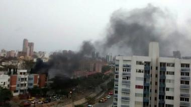 Bomberos controlan incendio en edificio de Villa Carolina
