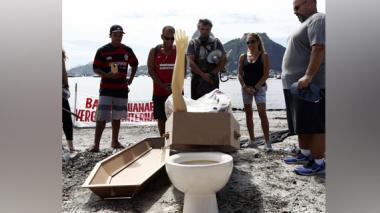 Activistas realizan entierro simbólico de la bahía de Guanabara