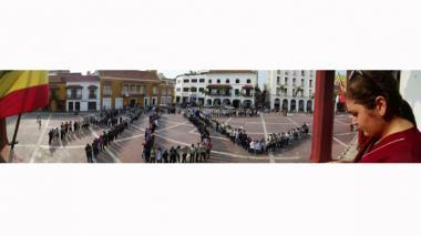 Los manifestantes hicieron las letras inciales de Hospital Universitario del Caribe.