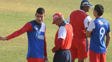 El central vallenato Jorge Arias dialoga con el DT Alexis Mendoza en la práctica. Vuelve a recibir su confianza.