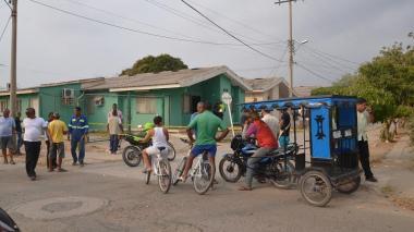 Curiosos cerca al lugar del crimen en el municipio de Hatonuevo, centro de La Guajira.