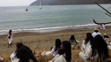 En playa Gairaca, al pie de la Sierra Nevada de Santa Marta, los indígenas kogui aguardaron la llegada del velero 'Zigoneshi Wichard'.