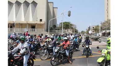 El grupo de mototaxistas que protestaba, mientras recorrían la carrera 46.