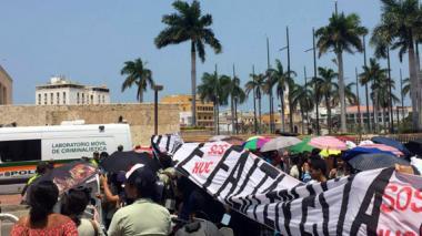 Estudiantes de Medicina protestan en medio de visita de Santos