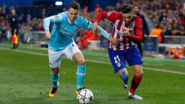 Santiago Arias, del PSV, intenta detener la escapada de Yannick Carrasco, del Atlético.
