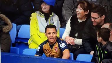 Alexis Sánchez, un aficionado más del juego Everton-Arsenal