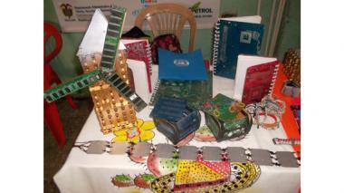 Residuos electrónicos renacen como mochilas, cofres y pulseras, en Maicao
