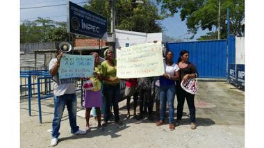 Tras muerte de interno, familiares de reclusos realizan plantón para exigir mejor servicio de salud