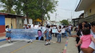 Aspecto de la marcha realizada en la mañana de ayer, en inmediaciones del colegio.