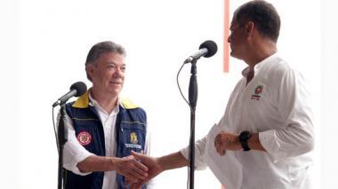 El presidente Santos saluda a su homólogo Rafael Correa durante su visita este domingo a Ecuador.