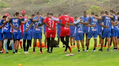 Los jugadores de Junior entrenaron el lunes en la tarde en la cancha del Country Club en Sabanilla.