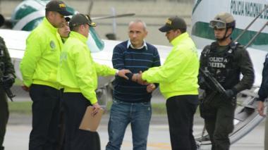 Integrantes de la Policía reciben a 'Marquitos' Figueroa al bajar de una avioneta.