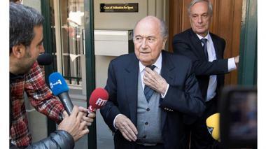 Blatter confía en haber ayudado a Platini tras declarar como testigo en TAS
