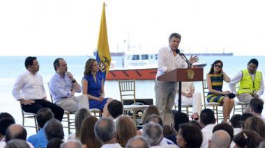 Santos, durante su discurso en la posesión de la ministra María Claudia Lacouture, al centro, de azul.