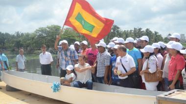 Momento en que la directora Tatyana Orozco hacía la entrega de una de las lanchas al grupo de pescadores.