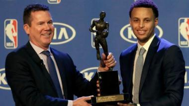 Curry es elegido el Más Valioso de NBA por segundo año consecutivo