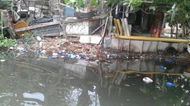 Por contaminación del Manzanares, piden cerrar playa de Los Cocos