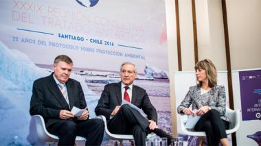 El secretario ejecutivo del Tratado Antártico, Manfred Reinke; el ministro de Relaciones Exteriores de Chile, Heraldo Muñoz; y la embajadora de Noruega en Chile, Hege Araldsen, durante el anuncio de la Reunión Consultiva del Tratado Antártico que se celebrará entre el 23 de mayo y el 1 de junio.