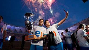 Dos jugadores tras finalizar las 120 horas de juego y recibir el récord Guinness.