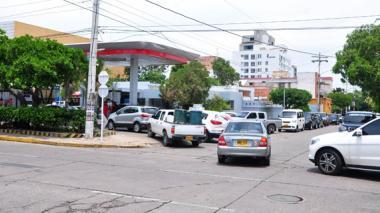 Carros en Valledupar surtiéndose de gasolina.