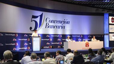 Orlando Forero, presidente de la junta directiva de Asobancaria, durante el acto de instalación de la Convención Bancaria, en Cartagena. En la mesa: Gerardo Hernández, superintendente financiero, y José Darío Uribe, gerente del Banrep.