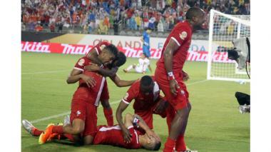 Jugadores panameños celebran el tanto de Blas Pérez (al minuto 87) que significó la victoria de los dirigidos por el 'Bolillo' Gómez.