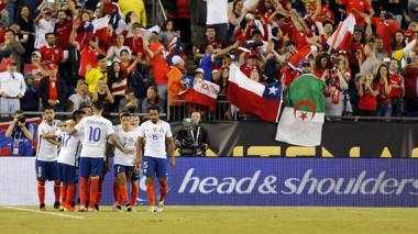Jugadores chilenos felicitan a Arturo Vidal luego de ejecutar la pena máxima.
