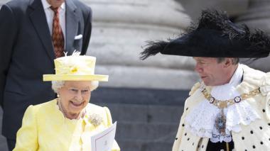 Con marcha militar y almuerzo multitudinario, Isabel festeja sus 90