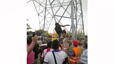 Hombre que se trepó a una torre de energía pidió una pizza para bajarse